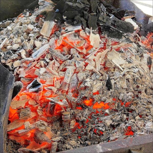 椚炭(くぬぎ炭)を燃やして灰を作りました